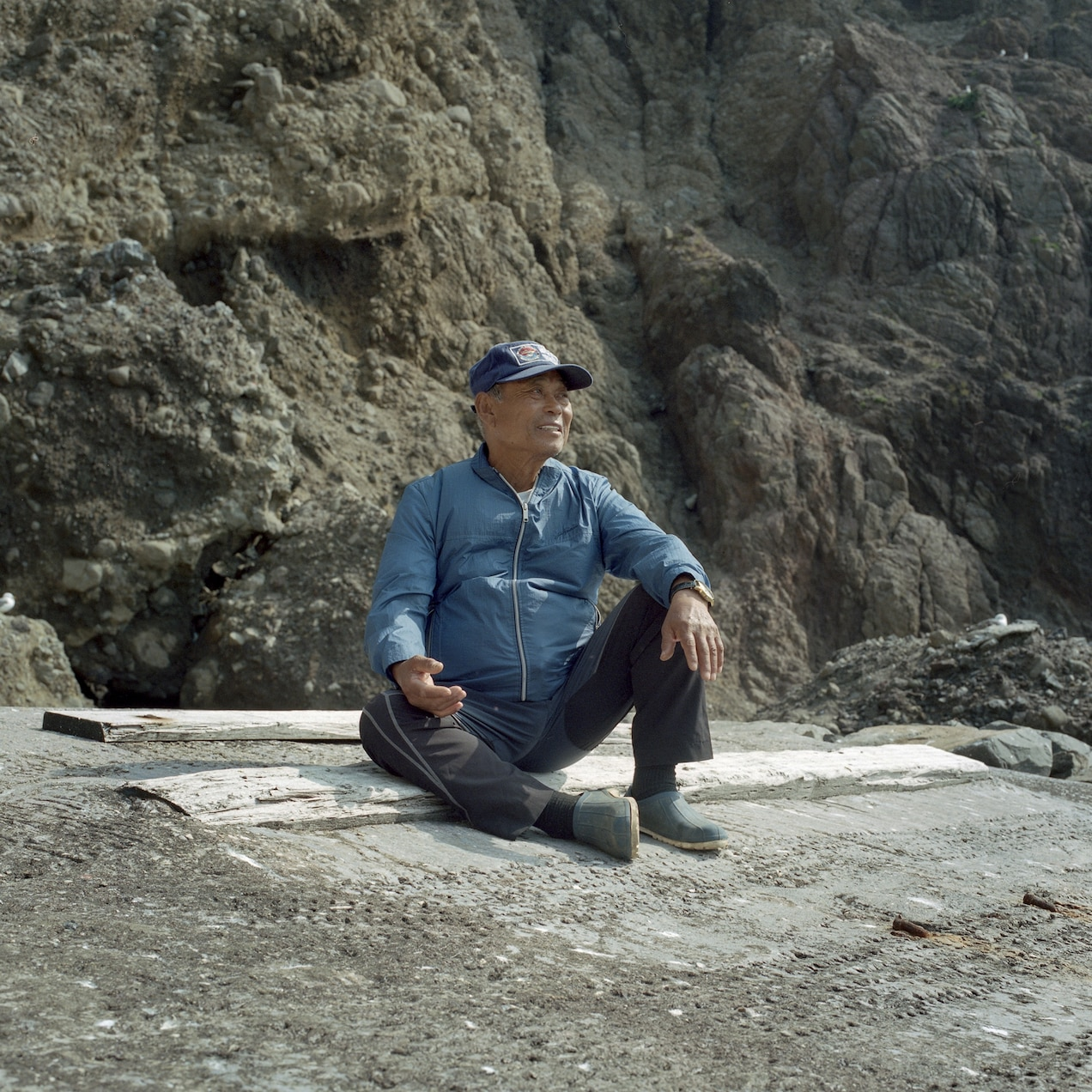 Kim Sung-do is the only offical resident. At 79 years old, he struggles to continue to fish. He came to the Dokdo rocks to join his former fishing partner, who built the only house of the west island in 1965.