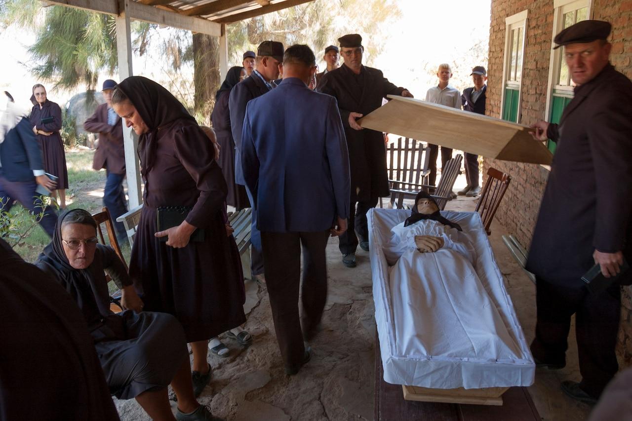 Los dolientes se reúnen para el funeral de Ana Derkzen, 82. Colonia Neu Bergthal, Bolivia.  2006