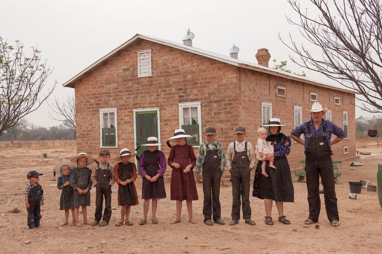 Una familia menonita posa para una fotografía frente a su casa.  De derecha a izquierda: Gerhard Klassen, Anna Bren con el bebé Sarah, Heinrich, Peter, Eva, Catarina, Anna, Gerhard Jr., Elisabet, Elena y Jacob.  Colonia Durango, Bolivia.  2006