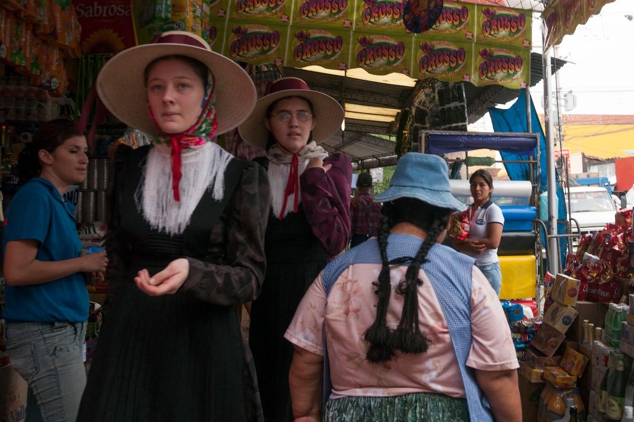 Varias veces al año, los menonitas visitan la ciudad para obtener las cosas que no pueden producir en sus colonias.  Santa Cruz de la Sierra, Bolivia.  2008