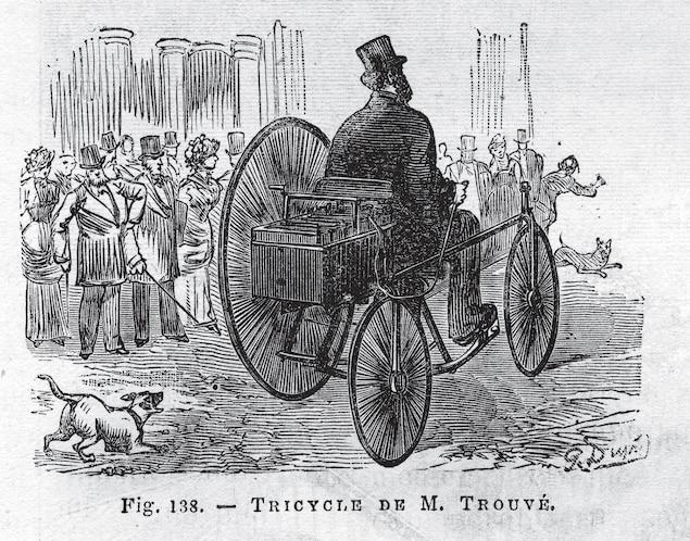 Hình ảnh ống đồng của người đàn ông đội mũ chóp trên xe ba bánh điện.