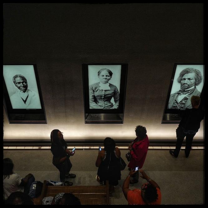 博物馆的开放周末期间,在美国非裔历史文化博物馆的墙上挂着Sojourner Truth,Harriet Tubman和Frederick Douglass的画像。