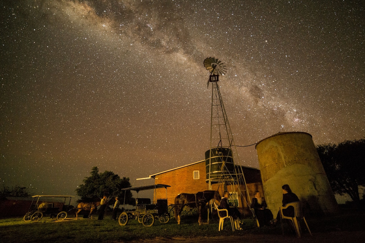 el cielo nocturno en una granja